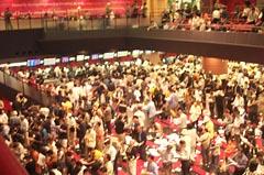 混雑する競馬場の映像ホール。kb2004aoba.jpg